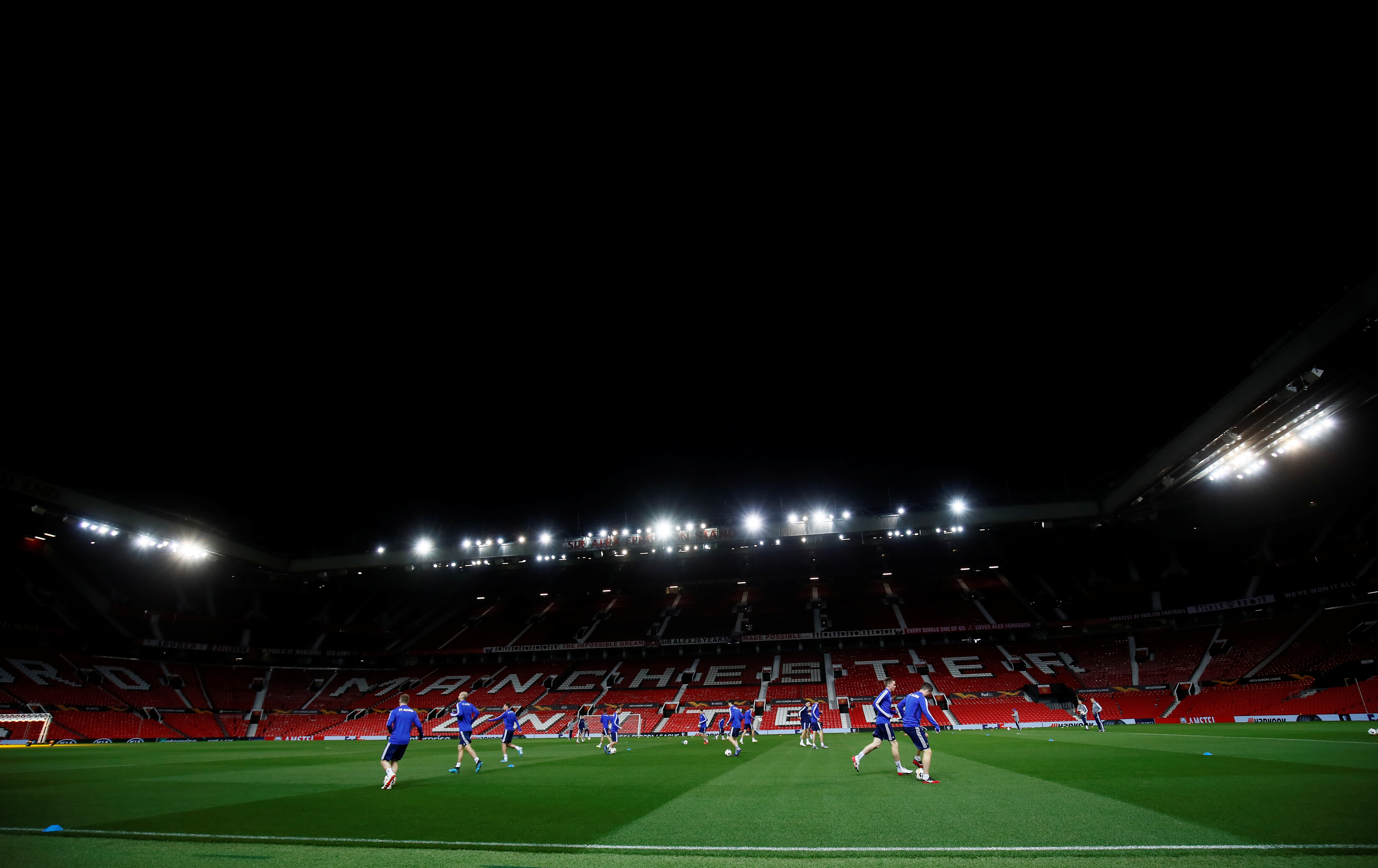 Manchester United defender returns to training after cancer treatment