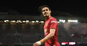 Edinson Cavani signs a one-year contract extension with Man United